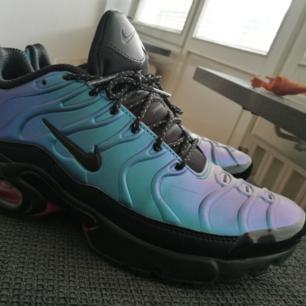 Nya Nike använda ett fåtal ggr under en månad. Nypris 1299:- köpta på foot locker. Skorna skiftar mellan lila/blå