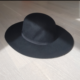 Hat from Monki, good condition. Brim is 9cm, and it is not