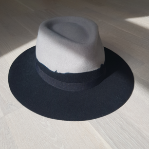 Really cool hat from Reclaimed Vintage with die effect. As new! Only worn once. Size is M, brim is 7cm. I could post it but you have to pay and I cannot garantee that the dorm will not be damaged during delivery =/ I can meet in Täby or Tcentralen! =)