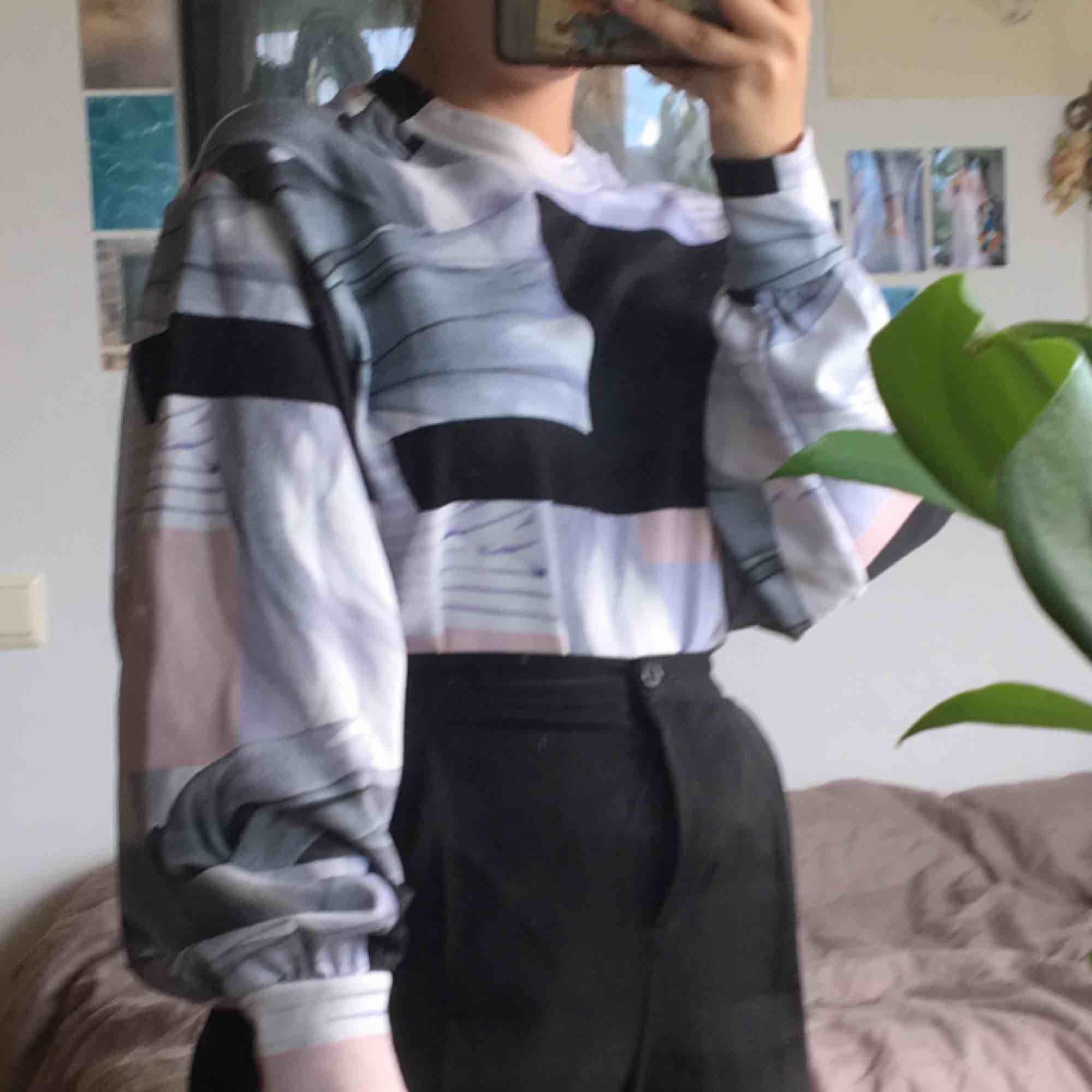 Snygg tröja från weekday, storlek XS men skulle snarare säga S/M. Aldrig använd men väldigt bekväm :). Tröjor & Koftor.