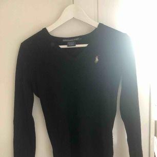 svart lång ärmad ralph lauren tröja, i strl S/XS