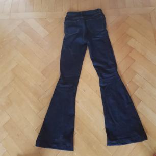 Snygga bootcutjeans från Jbrand i storlek 24😀   nypris ca 3000 kr.🌸🌸   170kr inklusive frakt! Kan dock tänka mig att gå ner något i pris👍🏻   Lägg bud!🙂