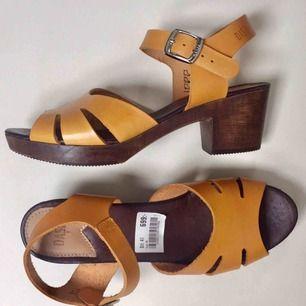Snygga, sköna och helt oanvända lädersandaletter från Dasia. Säljes pga fel storlek.