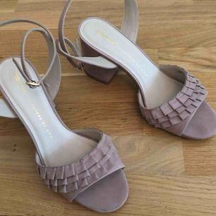 Jättefina skor med klack. Färgen är puderrosa. Aldrig använda. Nypriset var 900kr. Säljs nu för 600kr. I priset ingår frakt.