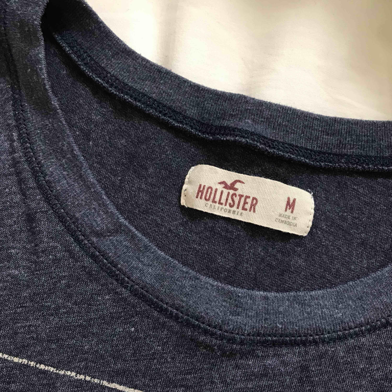 Superfin grå/blå tshirt från Hollister med tryck på magen i silver. Använd kanske 3 ggr så i jättefint skick! 80kr inkl frakten, tar betalt via swish!📲. T-shirts.