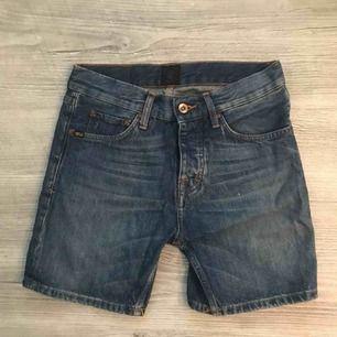 Säljer ett par jeans-shorts från tiger i stl 27 som är i ett gott skicka. Minimalt använda och har endast legat i garderoben. hör av dig vid frågor.