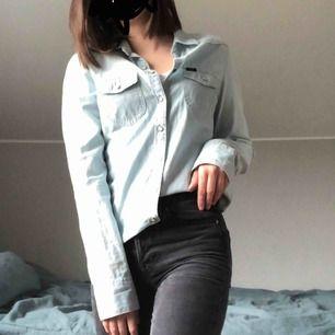 Superfin jeansskjorta med fina knappar från Lee. Knappt använd i superbra skick. Frakt tillkommer men pris kan diskuteras:)