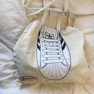 stor väska med Adidas sko på <3