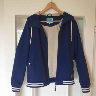 En blå randig jacka med huva från Twintip. Aldrig använd! Möts upp i Stockholm :)