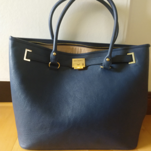 Stor mörkblå handväska i stilren modell. Man får plats med allt och den passar i de flesta sammanhang, ett kap helt enkelt! (Använd men i gott skick)
