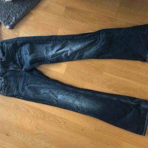 Bootcut jeans från Crocker. Omkrets runt midjan är 26cm och längd är 31cm. Använda 2 gånger. Kan mötas upp i Stockholm.