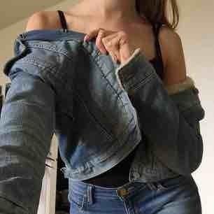 Blå fodrad jeansjacka från Levis, väldigt snygg men för liten för mig idag. Hör av er om ni är intresserade, möts upp i Stockholm! :)