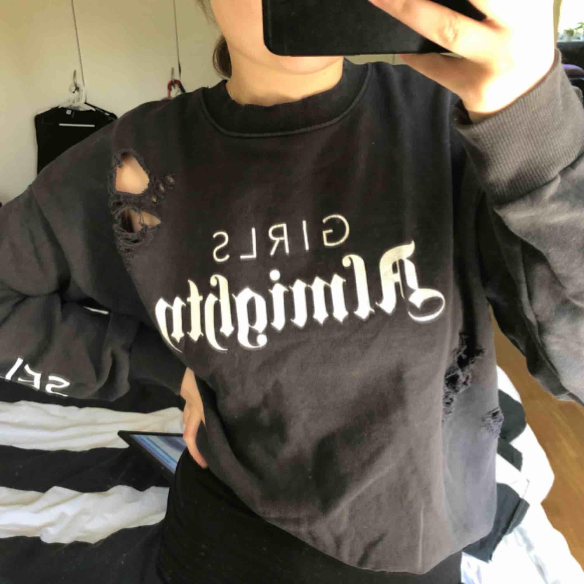 """Over sized Sweatshirt, med slitningar, text på armarna """"self love"""" trycket på bröstet är """"girls almighty"""" Kan mötas i Umeå annars står köparen för frakten (ej inräknat i pris)☺️. Huvtröjor & Träningströjor."""
