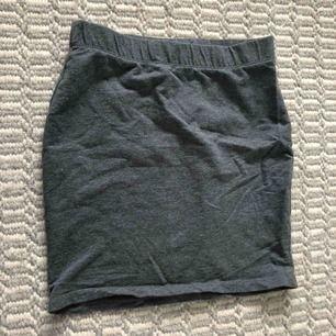 Tight kjol från new yorker. ALDRIG ANVÄND. Tar endast swisch. Möts upp i stockholm
