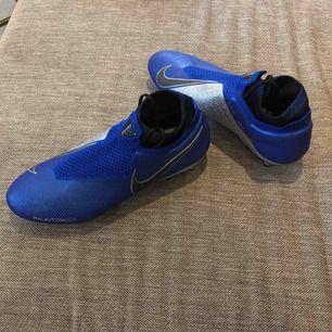 Säljer mina HELT OANVÄNDA nike phantom skor pga en storlek för liten (storlek 43). Rek pris 2749 som ses i bild 2