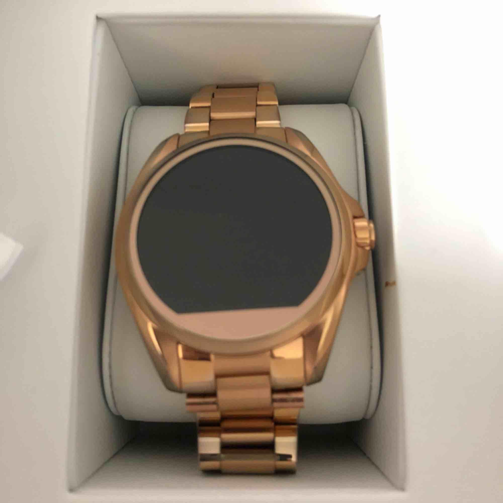 Michael Kors smartwatch klocka MKT5004  Använd max 10 gånger. Var inte min stil.  Färg: Roséguld Äkta ofc.  Box, laddare, länkar och manual ingår.   140kr frakt tillkommer om den ska skickas. . Accessoarer.