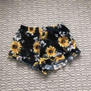 Relativt pösiga shorts från Gina med volanger längst ned. Sparsamt använda. Tar endast swish. Möts upp i stockholm.