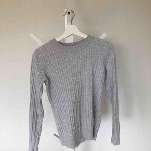 Kabelstickad tröja ifrån Gina tricot!  Köpt för ca 200, använd och tvättad skonsamt! Super fin att ha över skjortor😍🤩