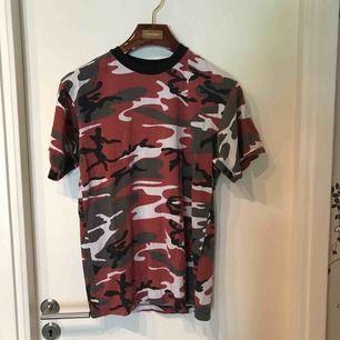 Röd army t-shirt   Köparen står för frakten och betalning sker på swish
