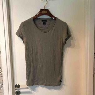 Army grön tiger of sweden T-shirt. Något smått hål nere på tishan. Annars en riktgt fin T-shirt med bra passform köparen står för frakten och betalning sker på swish