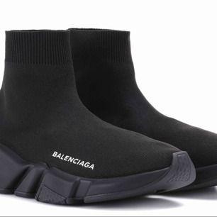 Helt nya balenciaga speed runners (black) min mamma köpte dem från Dubai. Säljer dem bara för att de inte är min storlek. (Ord pris 6500kr) , jag står för frakt. :) priset kan diskuteras.