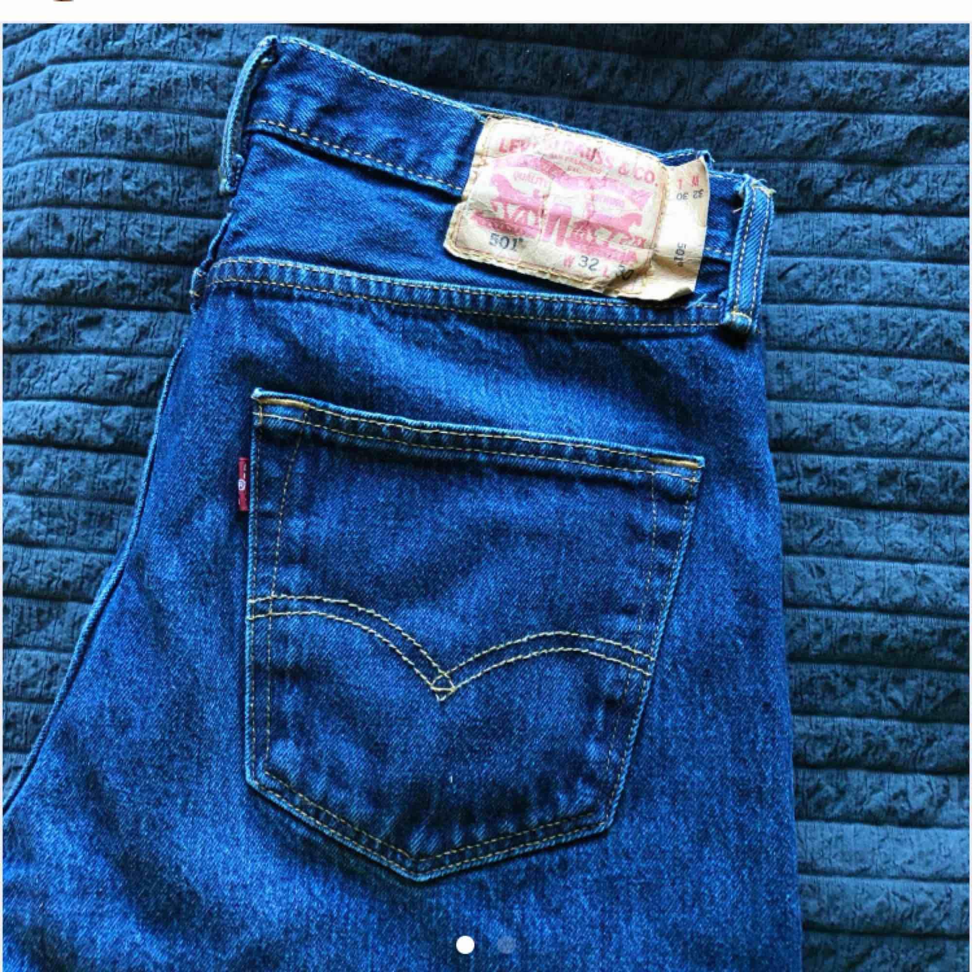 Blåa jeans från Levi's, köpta av en annan på plick som köpte som vintage. Använda några få gånger, försmå för mig :) Säljer för 150 med frakt, byter gärna!. Jeans & Byxor.