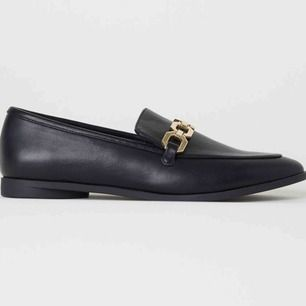 Jättefina helt nya loafers från HM! Aldrig använda. Köpta igår, 26/5. Köpte en storlek för liten. Är normal i strl och väldigt bekväma. Frakt tillkommer på 55:-