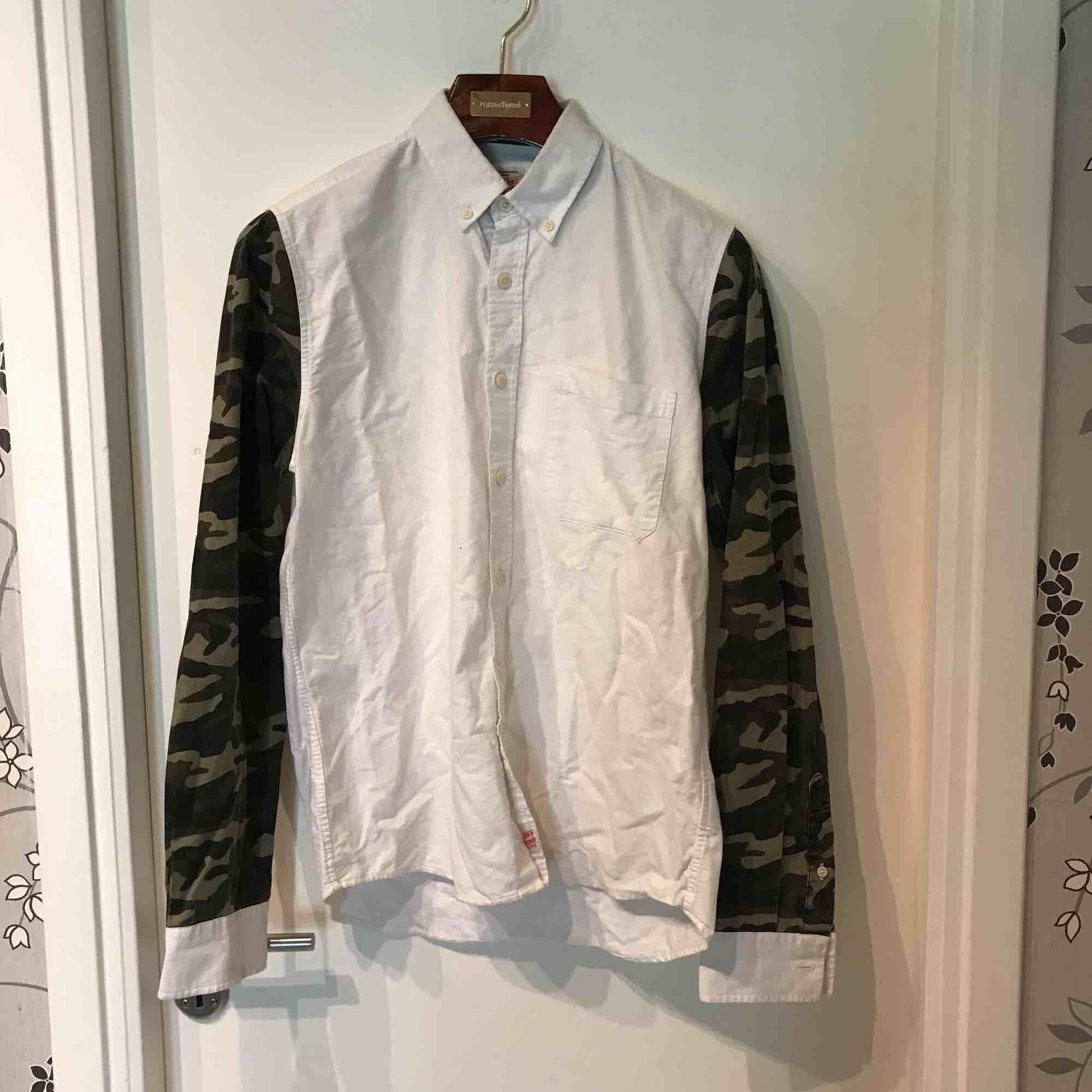 Oxford skjorta från Carlings med army detaljer. Gott skick.   Köparen står för frakt och betalning sker på swish . Skjortor.