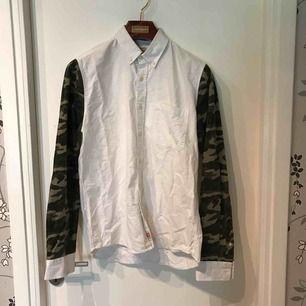 Oxford skjorta från Carlings med army detaljer. Gott skick.   Köparen står för frakt och betalning sker på swish