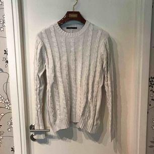 Snygg kabelstickad tröja från D.Brand