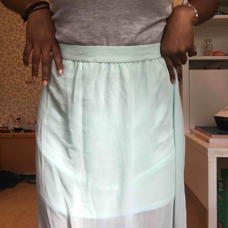Skitfin kjol från hm, aldrig använt pga att den är för lång för mig (jag är 156) så nån som är över 160 passar nog galant. Storleken så står det 42 men jag tycker att den passar även S. Kjolar.