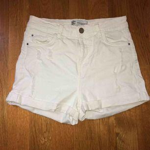 Vita shorts från Bershka. Slitning framme och bak på fickan. Använda några gånger en sommar.