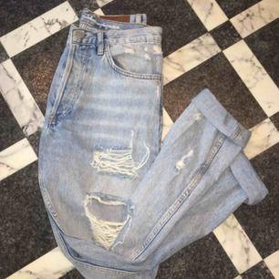 Ett par håliga jeans, jeansen sitter ganska löst kring benen. Storlek S och köpta på BikBok. Använda typ 3 gånger. Frakten kommer ligga på ca 90kr