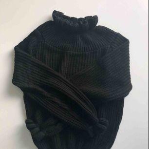 """Cropped, stickad tröja med söta """"scrunch"""" detaljer från Rebellious Fashion. Använd endast en gång då jag inte tyckte den passade mig!   - Köparen står för frakten📦"""