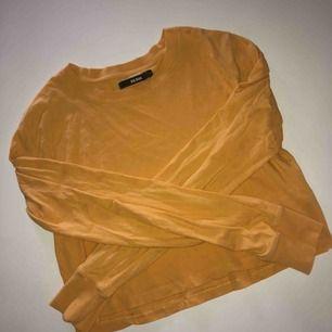 Cropped, långärmad tröja från Bik Bok. Den räcker en liten bit över brösten på mig. Använts endast 2-3 ggr. Behöver strykas annars i bra skick!   - Köparen står för frakten📦