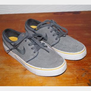 Ett par gråa Nike Stefan Janoski sneakers. Storlek 36. Endast använda en gång!
