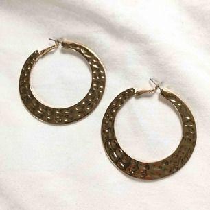Guldiga örhängen från Forever 21 köpta utomlands. Ringar med inpräntat mönster, lite av de tyngre slaget men extremt snygga för att komplettera en look.