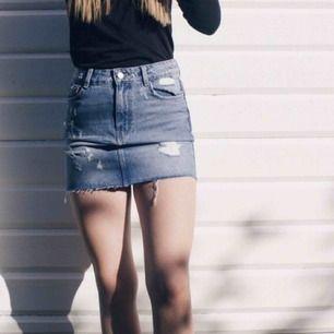 Säljer min favorit jeans kjol från Zara, tyvärr så har den blivit för liten så har ingen användning för den längre. Frakt tillkommer:)
