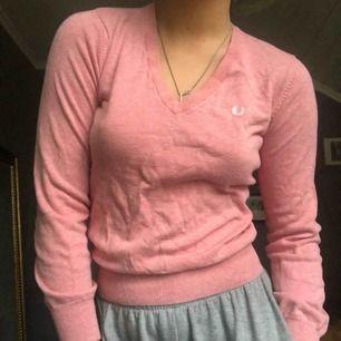 Jätte fin o super skön rosa fred perry tröja, använd nån gång mem dethär är inte min stil längre därför säljer jag den! OBS på tredje bilden ser det ut som en fläck på tröjan men det är bara ljuset.