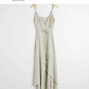 En somrig finare klänning som jag beställde hem från & other stories i fel storlek. Nypris är 890kr. Frakt kan diskuteras💐