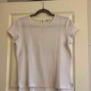 Vit kortärmad tröja med mycket stretch i. 95% polyester, 5% elastin. Köparen står för fraktkostnad.
