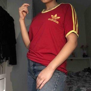 Adidas tisha i fina färger! Lite wonky krage, skickar bild om du ändå är intresserad!