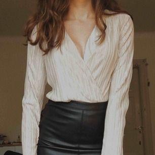 Hur snygg playsuit som passar perfekt till fest🥰 Matchas ju skitsnyggt till en tajt kjol som på bilden!💛 Från Gina Tricot:)