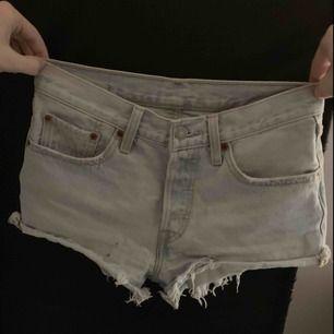 Mina älskade Levis shorts som inte längre passar, är i storlek w26, som motsvarar storlek S