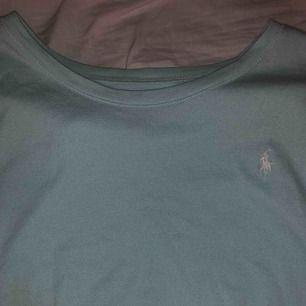 En vanlig Ralph lauren t shirt perfekt till sommaren i storlek XL för barn som en vanlig s 💕