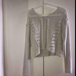 Vit stickad tröja från monki! Kan mötas mellan Stockholm-Bålsta<3 annars står köparen för frakt.