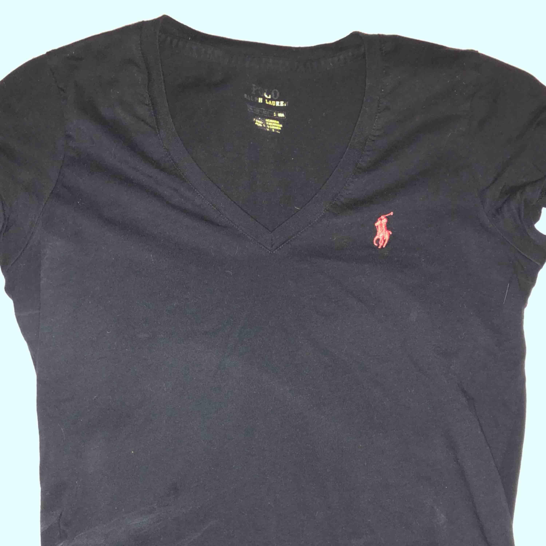 V ringad t shirt från Ralph lauren köpt i USA förra sommaren å knappt använd💕. Skjortor.