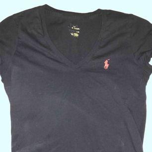 V ringad t shirt från Ralph lauren köpt i USA förra sommaren å knappt använd💕