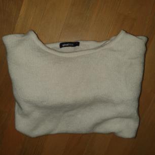 Vit tunnare stickad tröja från Gina Tricot. Frakt ingår i priset.