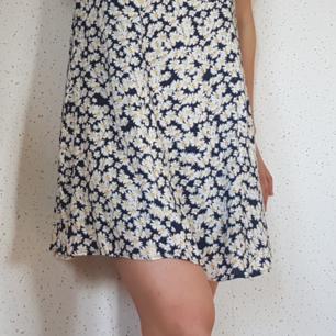 Blommig klänning från mango, storlek S. Köpt 2015 och använd vid skolavslutning. Fint skick!